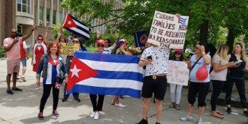 Cubanos residentes en Canadá protestan en Toronto por la suspensión del otorgamiento de visados en La Habana. Foto: @ALDABORO / Twitter.