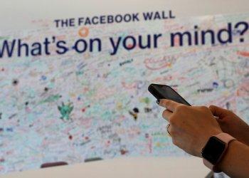 Una mujer utiliza su celular en la oficina de Facebook en Dubái, Emiratos Árabes Unidos, el el 20 de mayo de 2019. Foto: Kamran Jebreili / AP.