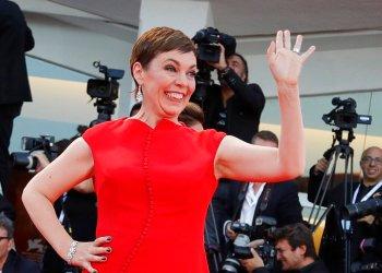 En esta foto de archivo del 8 de septiembre de 2018, la actriz británica Olivia Colman posa para la foto en la 75ta edición del Festival de Cine de Venecia, Italia. Colman recibió la orden de Comandante del Imperio Británico el 7 de junio de 2019 de parte de la reina Isabel II. Foto: Kirsty Wigglesworth/ AP.