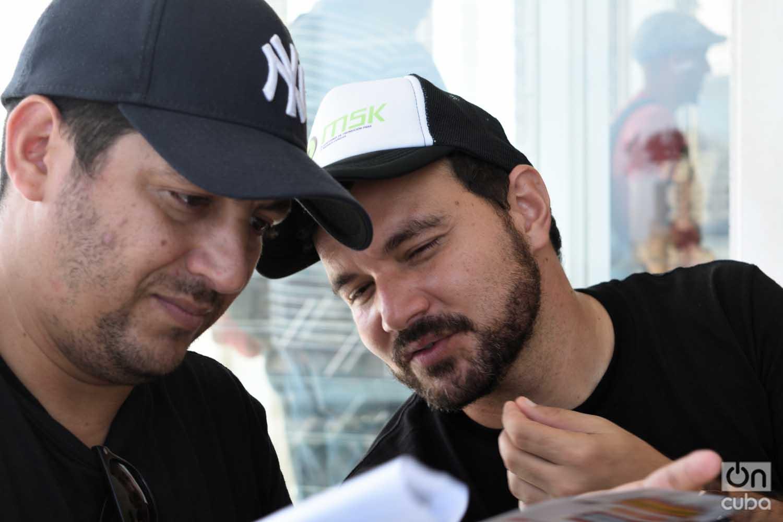 Dos de los integrantes de MSK: Gilberto Grave de Peralta (izq), su director, y Dayron Avello, a cargo de sus redes sociales. Foto: Otmaro Rodríguez.