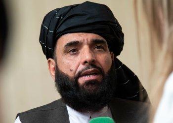 En esta fotografía del 28 de mayo de 2019, Suhail Shaheen, portavoz del Talibán, habla con los medios en Moscú. Foto: Alexander Zemlianichenko / AP / Archivo.