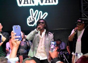 Van Van durante su presentación el pasado 30 de mayo en Miami. Foto: Lionel Watson / Facebook.