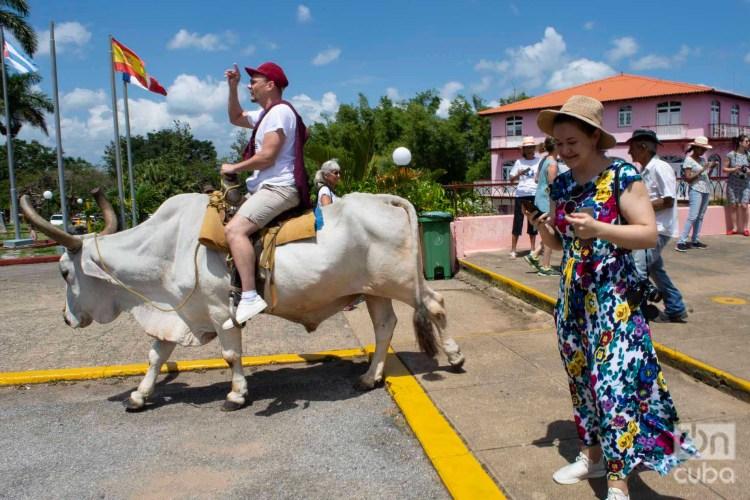 Turistas en Viñales, en el occidente de Cuba. Foto: Otmaro Rodríguez / Archivo.