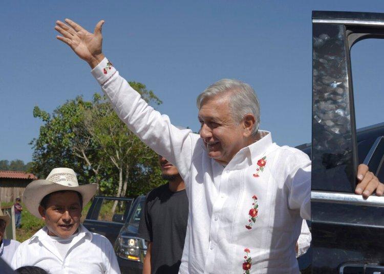 El presidente mexicano, Andrés Manuel López Obrador, saluda a los habitantes de Nuevo Momón, estado de Chiapas, en México, el sábado 6 de julio de 2019. Foto: Idalia Rie / AP.