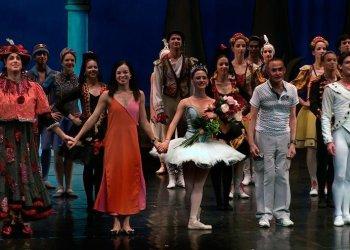 El Ballet Nacional de Cuba (BNC) saluda al público tras una de sus presentaciones en Madrid en junio de 2019, durante su gira por España. Foto: Perfil de Facebook del BNC.