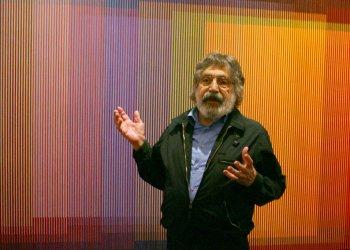 """En esta foto del 10 de septiembre del 2008, el artista venezolano Carlos Cruz-Diez habla de su obra """"Physichromie No. 500"""" durante una presentación de la exposición """"Carlos Cruz-Diez: (In)formed by Color"""" en la Americas Society en Nueva York. Foto: Mary Altaffer / AP."""