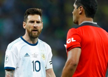 El delantero argentino Lionel Messi se queja con el árbitro ecuatoriano Roddy Zambrano durante la semifinal ante Brasil en la Copa América en Belo Horizonte, Brasil, el martes 2 de julio de 2019. Foto: Eugenio Savio / AP.