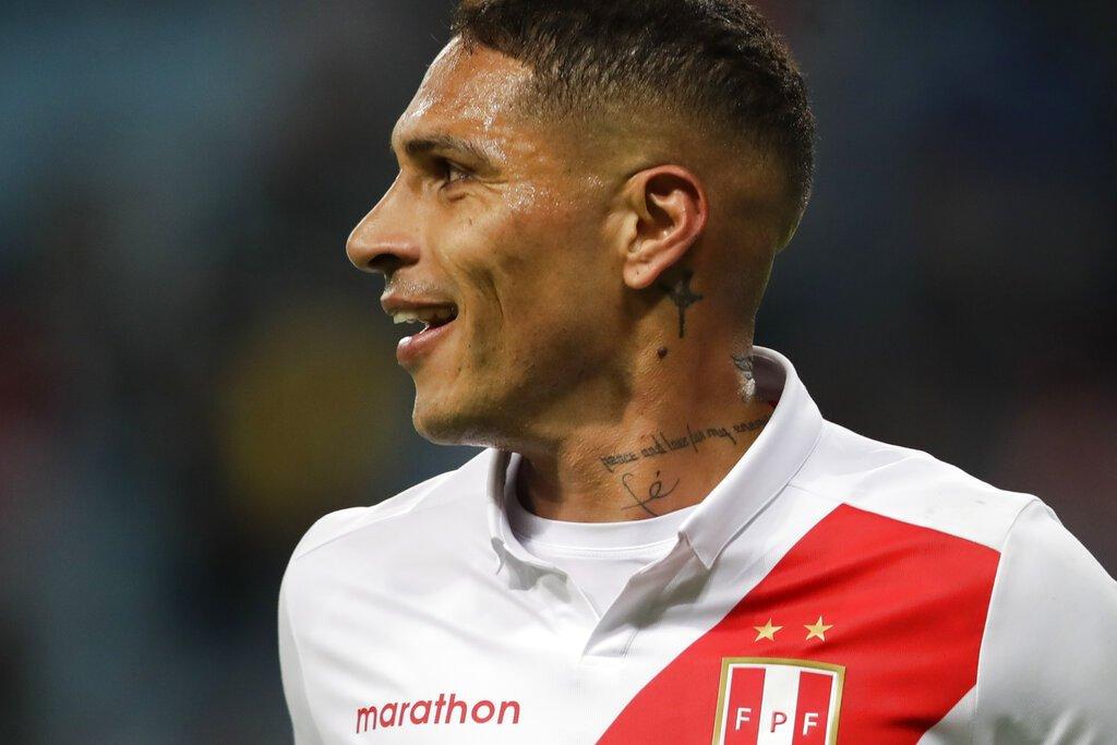 El delantero peruano Paolo Guerrero festeja tras anotar el tercer gol en la victoria 3-0 ante Chile en la semifinal de la Copa América en Porto Alegre, el miércoles 3 de julio de 2019. Foto: Andre Penner / AP.