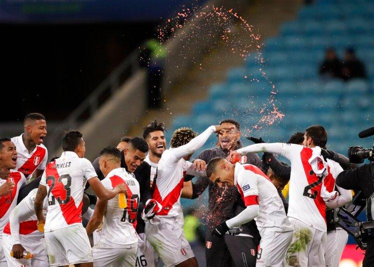 Los jugadores de Perú celebran la victoria 3-0 ante Chile en la semifinal de la Copa América en Porto Alegre, Brasil, el miércoles 3 de julio de 2019. Foto: Andre Penner / AP.