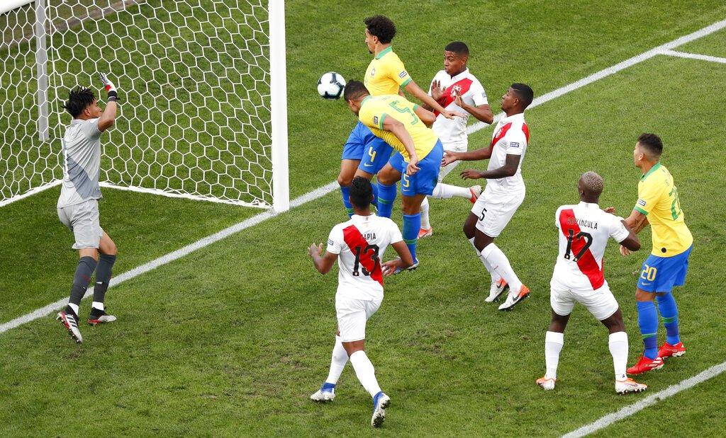 Casemiro cabecea a gol para abrir el marcador para Brasil en el partido ante Perú por el Grupo A de la Copa América en Sao Paulo, Brasil, el sábado 22 de junio de 2019. Foto: Nelson Antoine / AP.
