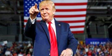 El presidente de Estados Unidos, Donald Trump, señala a la multitud a su llegada para hablar en un mitin de campaña en el Williams Arena de Greenville, Carolina del Norte, el miércoles 17 de julio de 2019. Foto: Carolyn Kaster/AP.