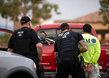 Agentes de la policía del servicio de inmigración (ICE) detienen a un individuo en Escondido, California, el 8 de julio del 2019. Foto: Gregory Bull / AP.