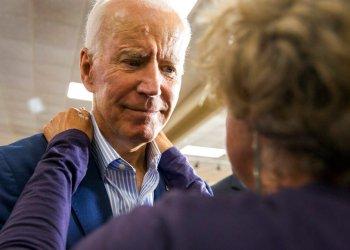 El exvicepresidente y aspirante a la candidatura demócrata para el 2020, Joe Biden, recibe un abrazo de un miembro de la audiencia durante un evento de campaña el 3 de julio de 2019 en Waterloo, Iowa. Foto: Kelly Wenzel/The Courier vía AP.