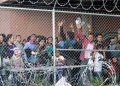 Migrantes centroamericanos en una zona cercada en El Paso, Texas. Foto: Cedar Attanasio/AP/Archivo.