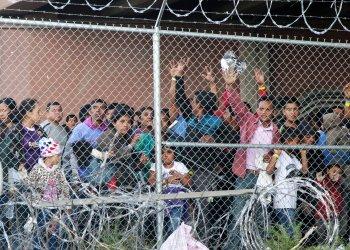En esta fotografía de archivo del 27 de marzo de 2019, migrantes centroamericanos esperan comida en una zona cercada en El Paso, Texas. Foto: Cedar Attanasio/AP.