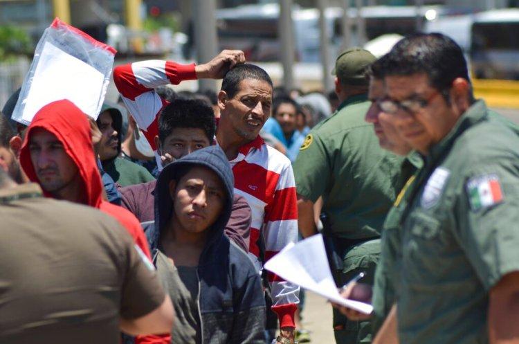 Agentes mexicanos verifican una lista de migrantes devueltos por la Patrulla Fronteriza a México en Nuevo Laredo, estado de Tamaulipas. Foto: Salvador González / AP / Archivo.