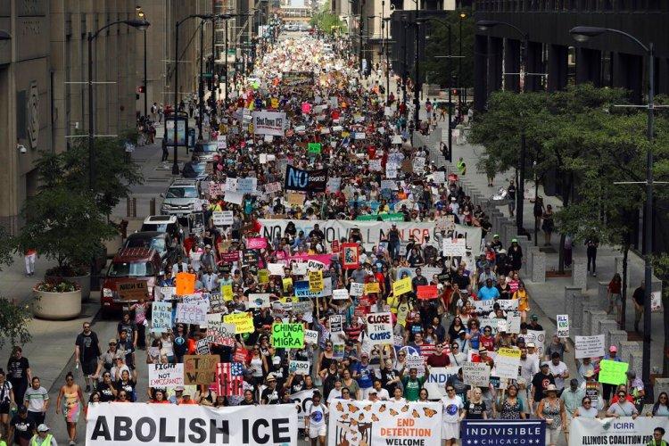 Miles de personas, incluidos inmigrantes y activistas, protestan contra las políticas migratorias del presidente Donald Trump, en Chicago, el sábado 13 de julio de 2019. (Abel Uribe/Chicago Tribune via AP)
