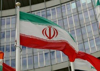 La bandera iraní ondea ante un edificio estadounidense que acoge la oficina del Organismo Internacional de la Energía Nuclear, OIEA, en Viena, Austria, el miércoles 10 de julio de 2019. Foto: Ronald Zak / AP / Archivo.