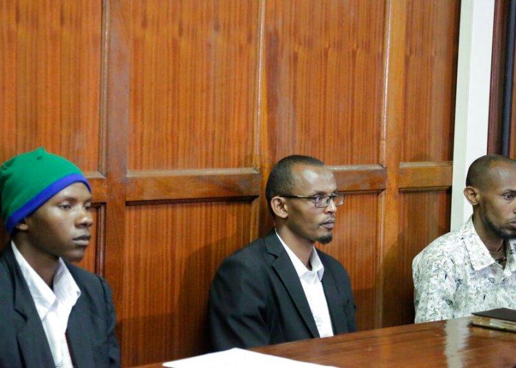 De izquierda a derecha, los acusados Rashid Charles Mberesero, Hassan Aden Hassan y Mohamed Abdi Abikar, sentads en el bancquillo para esuchar el veredicto en un tribinal en Nairobi, Kenia, el miércoles, 3 de julio del 2019. El tribunal sentenció a Mberesero a cadena perpetua y a los otros dos a 41 años en prisión cada uno por complicidad en el ataque en el 2015 contra la Univesidad Garissa que dejó 148 muertos. Foto: Khalil Senosi / AP.