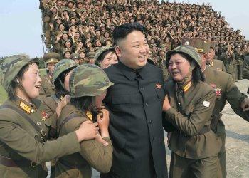 Kim Jong-un visita una unidad militar de mujeres en Piongyang. Foto: Reuters.