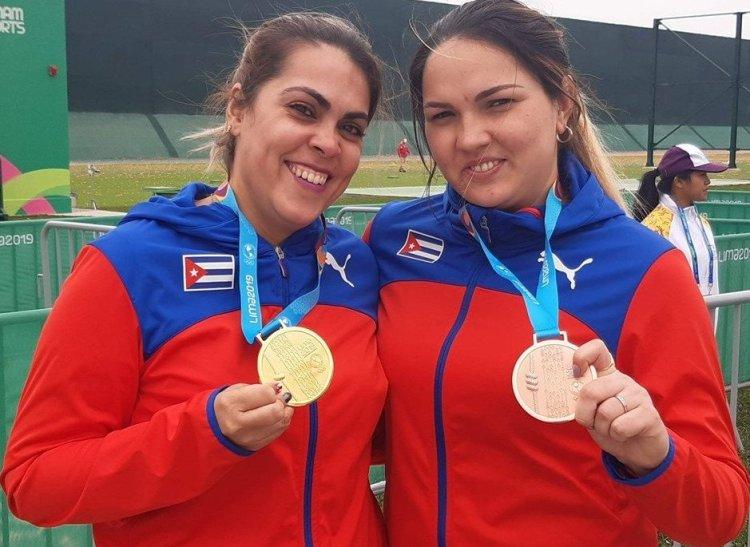 Laina Pérez, ganadora de la medalla de oro en la prueba de pistola de aire a 10 metros y Sheyla González, medallista de bronce. Foto: István Ojeda/Juventud Rebelde.