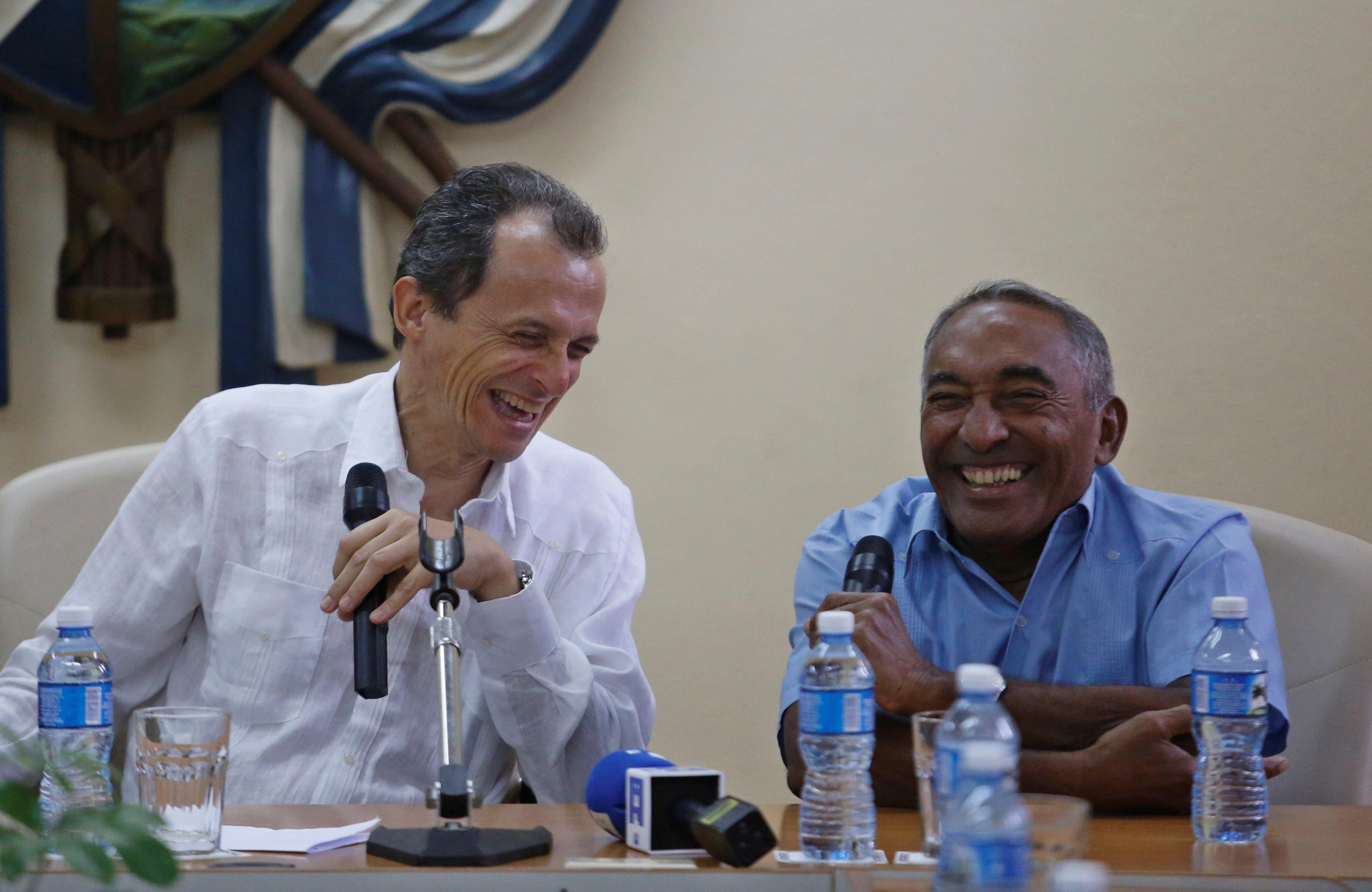 El ministro de Ciencia, Innovación y Universidades en funciones de España, Pedro Duque (i), conversa el comandante cubano Arnaldo Tamayo (d), piloto de guerra, cosmonauta y héroe de la República de Cuba, en la Universidad de La Habana, en la capital cubana. Foto: Yander Zamora/POOL/EFE.