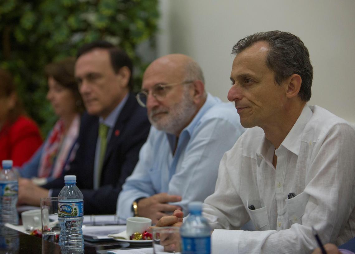 El ministro de Ciencia, Innovación y Universidades de España, Pedro Duque (d), se reúne con el embajador de España en Cuba, Juan Fernández Trigo (c), y rectores de universidades cubanas, durante su visita oficial de dos días a la isla, este lunes en la sede del Ministerio de Educación Superior, en La Habana. Foto: Yander Zamora/EFE/POOL.