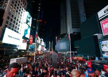 Pantallas apagadas en Times Square durante un corte de electricidad, el sábado 13 de julio de 2019 en Nueva York. (AP Foto/Michael Owens)