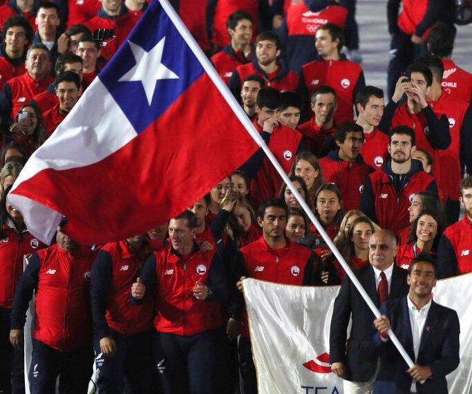 El esquiador acuático Felipe Miranda porta la bandera de Chile, al encabezar su delegación en la ceremonia inaugural de los Juegos Panamericanos de Lima, el viernes 26 de julio de 2019 (AP Foto/Fernando Llano)