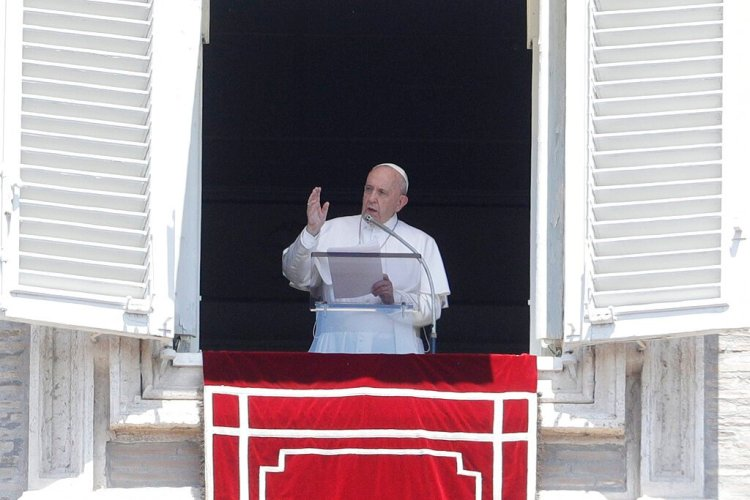 El papa Francisco saluda a los fieles tras la oración del Angelus desde la ventana de su estudio con vista a la plaza de San Pedro, en el Vaticano, el domingo 21 de julio de 2019. (AP Foto/Gregorio Borgia)