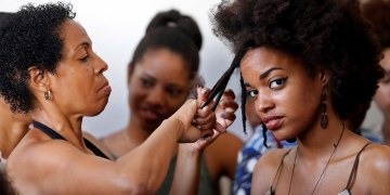 Varias mujeres realizan practicas de peinados el pasado 29 de junio del 2019, en La Habana. Foto: Ernesto Mastrascusa / EFE.
