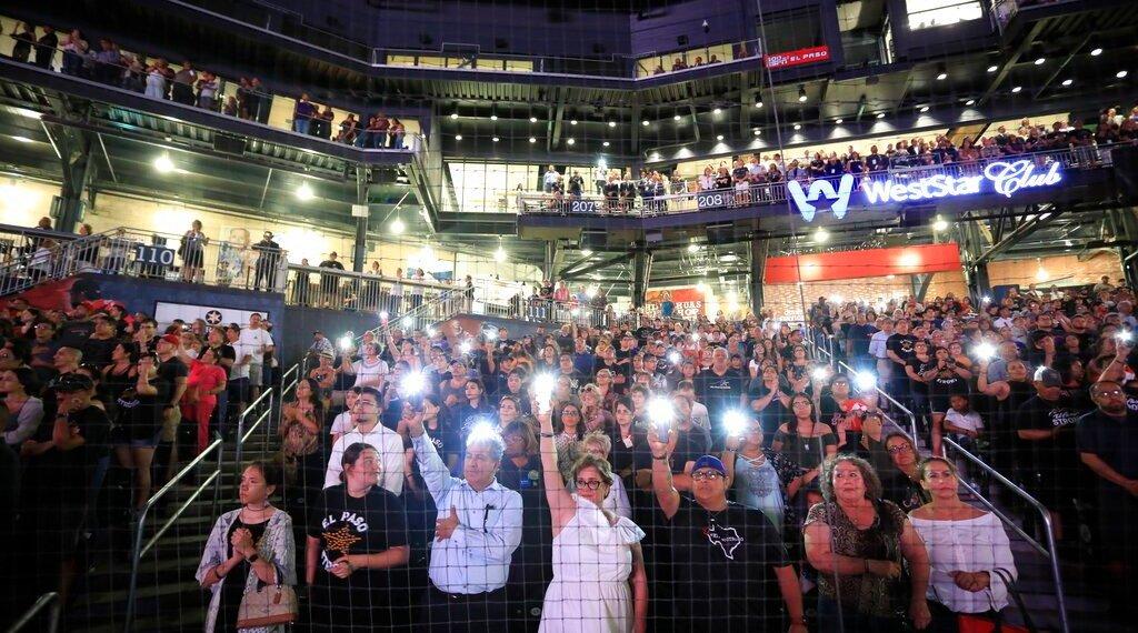 Asistentes levantan sus celulares durante la lectura de los nombres de las víctimas de una balacera el pasado 3 de agosto, durante una ceremonia de recuerdo en Southwest University Park, en El Paso, Texas, el 14 de agosto de 2019. Foto: Jorge Salgado/ AP.