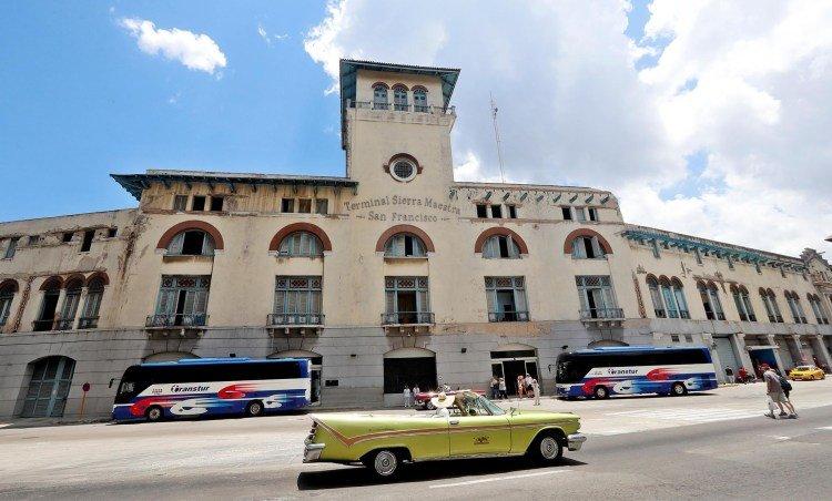 Varios autos pasan delante de la terminal de Cruceros  en La Habana . Foto: Ernesto Mastrascusa/EFE.