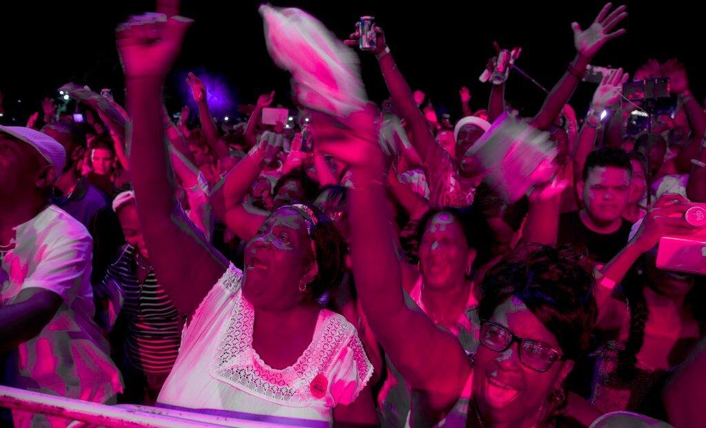 El público baila en el Festival Varadero Josone: Rumba, Jazz y Son en Varadero, Cuba, el viernes 23 de agosto de 2019. Foto: Ismael Francisco / AP.