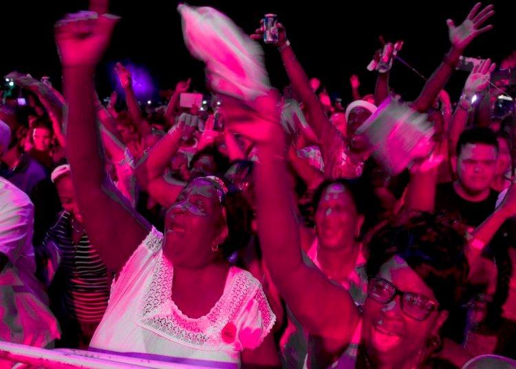 El público baila durante una presentación de Los Van Van en el Festival Varadero Josone: Rumba, Jazz y Son en Varadero, Cuba, el viernes 23 de agosto de 2019. Foto: AP/Ismael Francisco.