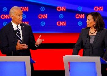 La senadora Kamala Harris escucha al el exvicepresidente Joe Biden durante el segundo de dos debates de aspirantes a la candidatura demócrata a la presidencia, el miércoles 31 de julio de 2019, en el Fox Theatre en Detroit. Foto:Paul Sancya/AP.