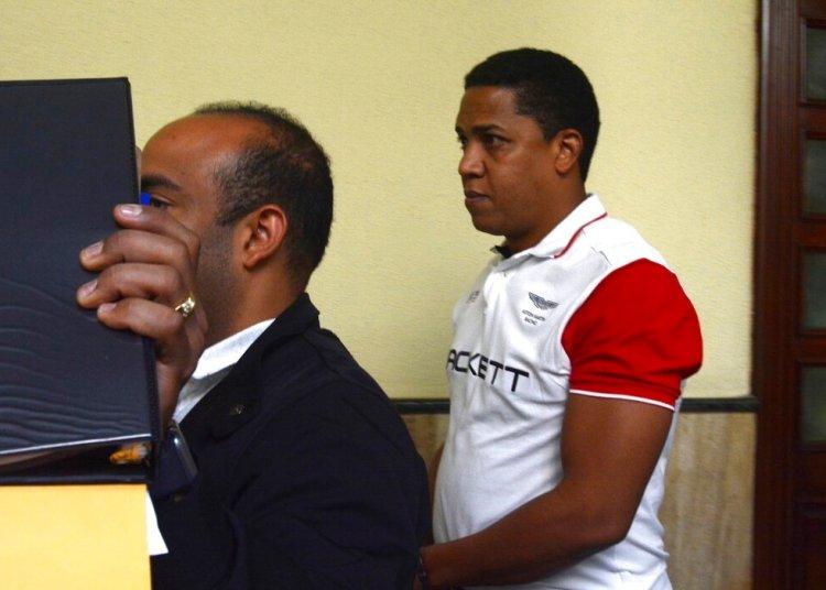 El ex pitcher de Grandes Ligas Octavio Dotel (d) tras ser detenido por presuntos vínculos con una red de narcotráfico y lavado de dinero en Santo Domingo, República Dominicana. Foto: Pedro Sosa/Diario Hoy vía AP.