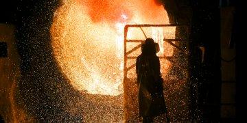 En esta imagen del martes 5 de marzo de 2019, un empleado con uniforme de seguridad trabaja en una fundidora de acero durante un recorrido de prensa en la siderúrgica Salzgitter AG en Salzgitter. (AP Foto/Markus Schreiber)