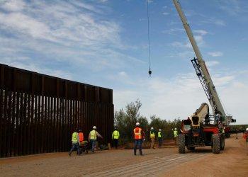 Trabajadores comienzan las obras para erigir una nueva valla fronteriza a unos 32 kilómetros al oeste de Santa Teresa, Nuevo México, el viernes 23 de agosto de 2019. Foto: Cedar Attanasio / AP.