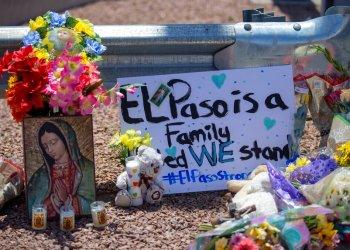 Flores y una pintura de la virgen María para las víctimas del tiroteo masivo en un centro comercial de El Paso, Texas. Foto: Andres Leighton / AP / Archivo.