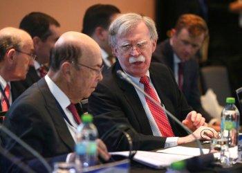 El asesor de Seguridad Nacional de Estados Unidos, John Bolton, a la derecha, habla con el secretario de Comercio de ese país, Wilbur Ross, durante una conferencia de más de 50 naciones que apoyan al líder de la oposición venezolana, Juan Guaidó, en Lima, Perú, el martes 6 de agosto de 2019. Foto: Martín Mejía / AP.