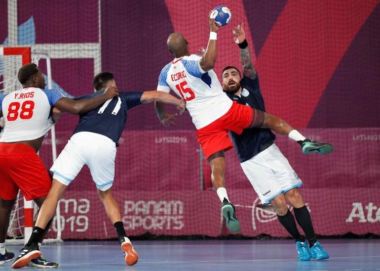 Los balonmanistas cubanos finalmente se ubicaron en el quinto puesto de los Juegos Panamericanos Lima 2019. En la imagen, momento del juego de Cuba contra Argentina de la etapa clasificatoria del torneo. Foto: Paolo Aguilar / EFE.