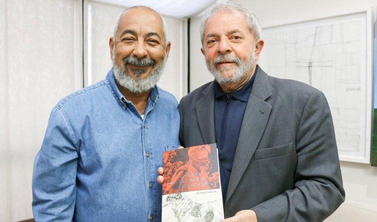 """Durante el encuentro Padura entregó a Lula da Silva un ejemplar de la edición en portugués de """"El hombre que amaba a los perros"""". Foto: Ricardo Stucker."""