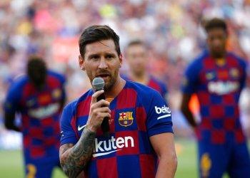 El delantero del Barcelona, Lionel Messi, habla ante los aficionados antes del partido entre su equipo y el Arsenal de la Copa Joan Gamper en el estadio Camp Nou, en Barcelona, el 4 de agosto de 2019. Foto: Joan Monfort / AP.