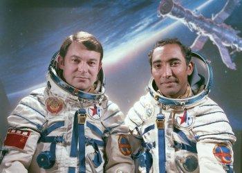 El cosmonauta cubano Arnaldo Tamayo Méndez (d) junto al soviético Yuri Romanenko. Foto: spacefacts.de