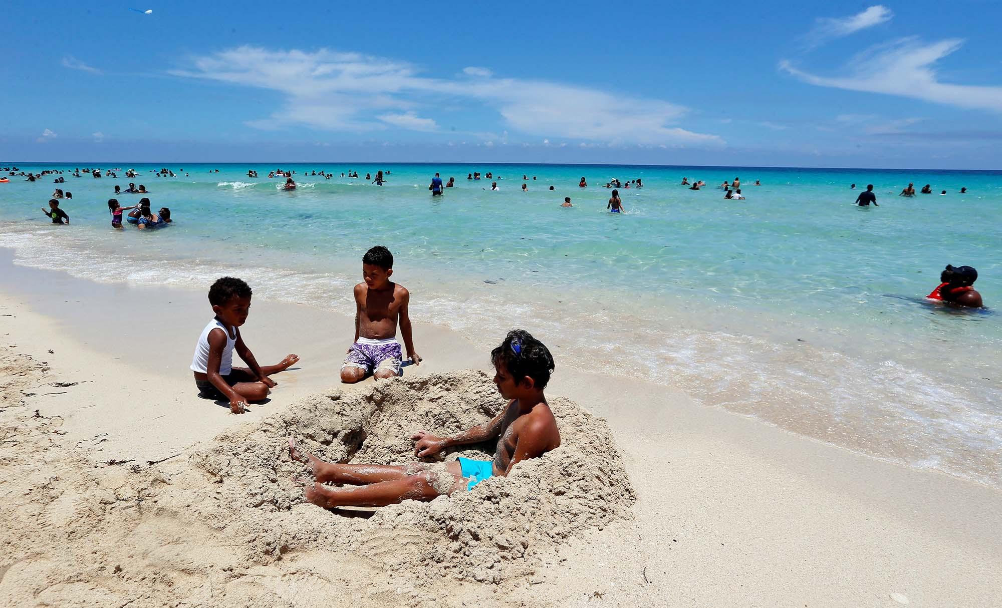 Los niños, a su aire. Foto: Ernesto Mastrascusa / EFE.
