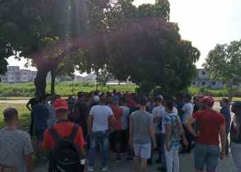 Usuarios de SNet en el Parque de las Comunicaciones, en las afueras del MinCom. Foto: Cortesía de Ernesto de Armas.