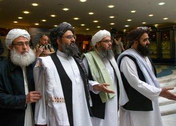 En esta imagen de archivo, tomada el 28 de mayo de 2019, el mulá Abdul Ghani Baradar (segundo por la izquierda), el líder político de los talibanes, llega acompañado por otros miembros de la delegación insurgente a conversaciones en Moscú, Rusia. Foto: Alexander Zemlianichenko / AP / Archivo.