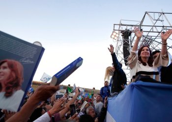 La expresidenta argentina Cristina Fernández, derecha, saluda a sus seguidores durante la presentación de su nuevo libro, en Buenos Aires, Argentina, el sábado 21 de septiembre de 2019. (AP Foto/Natacha Pisarenko)