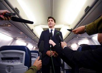 El primer ministro canadiense y líder del Partido Liberal, Justin Trudeau, hace declaraciones a reporteros que lo acompañaban a un acto de campaña cuando iban en un avión en Halifax, Nueva Escocia, el miércoles 18 de septiembre de 2019. Foto: Sean Kilpatrick/The Canadian Press vía AP.